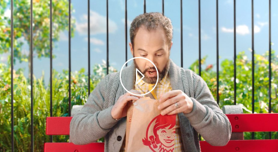 Homme avec Hamburger bacon, champignons portobellos et fromage fondu