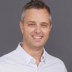 NEILL BROWN, Directeur général